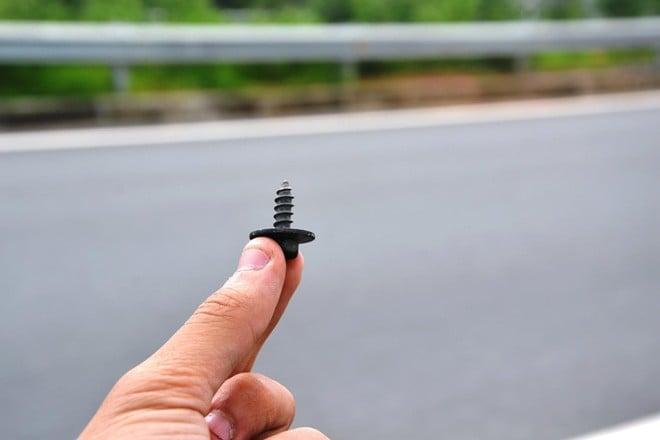 Ốc vít nhọn, đinh trên đường cao tốc dài nhất VN 5