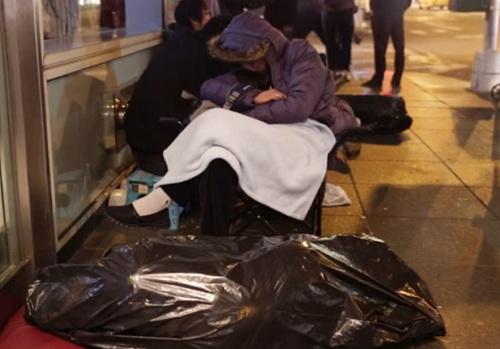 Người Trung Quốc xả rác bừa bãi tại điểm mua iPhone ở Mỹ 7