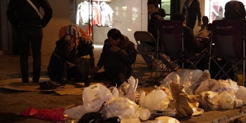 Người Trung Quốc xả rác bừa bãi tại điểm mua iPhone ở Mỹ 9