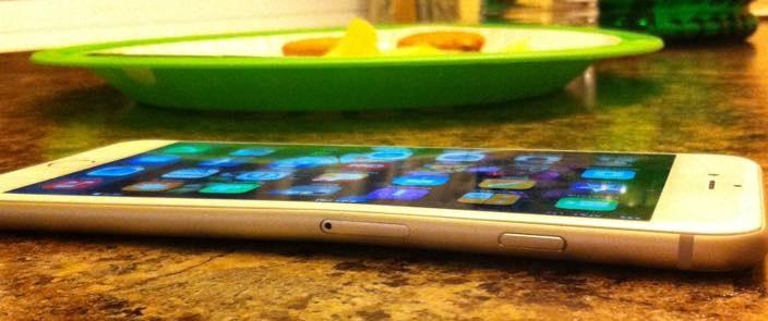 Hình ảnh IPhone 6 dễ dàng bị bẻ cong số 1