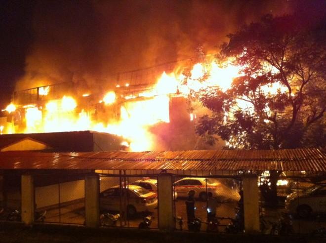 Cháy lớn tại bar Luxury Hà Nội: Có thể còn rất nhiều người mắc kẹt ở trong 5