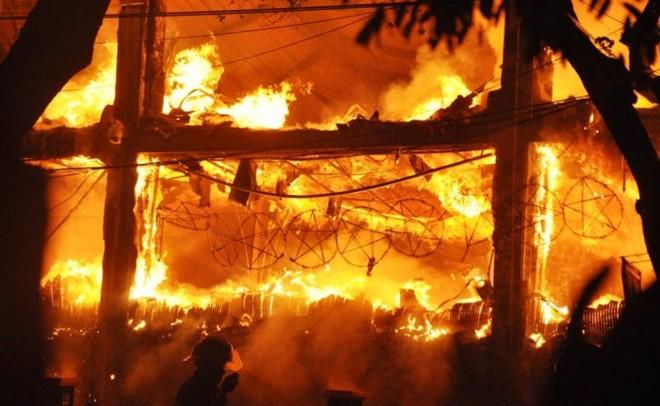 Cháy lớn tại bar Luxury Hà Nội: Có thể còn rất nhiều người mắc kẹt ở trong 8