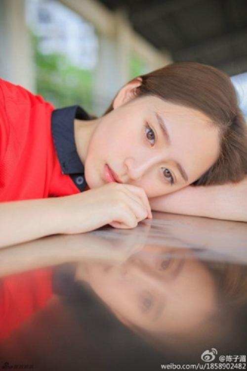 """Thiếu nữ mang vẻ đẹp đượm buồn trong màu áo M.U gây """"sốt"""" cộng đồng mạng 6"""