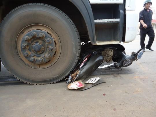 Xe máy bị cuốn vào gầm xe tải, hai người trọng thương 5