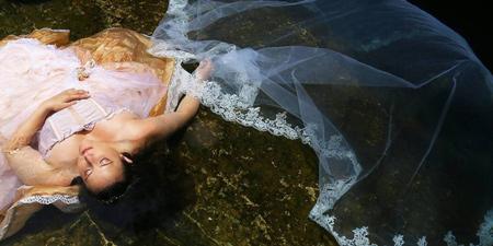 Xúc động cô dâu ôm di ảnh của chú rể trong bộ áo cưới 7