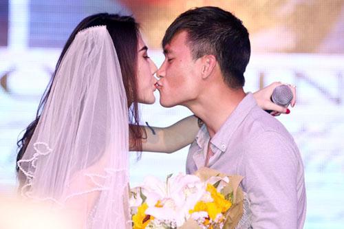 Thủy Tiên và Công Vinh bất ngờ đám cưới sớm cùng fan  10