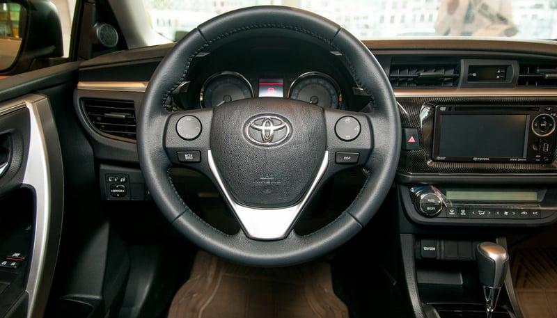 Soi Toyota Corolla Altis 2.0V 2015 ở Việt Nam 14