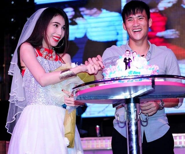 Thủy Tiên, Công Vinh bất ngờ tổ chức đám cưới ngay trên sân khấu 9