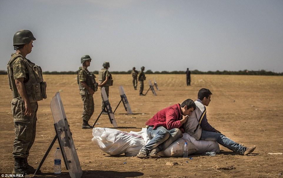 Thổ Nhĩ Kỳ dàn xe tăng dọc biên giới ngăn làn sóng tị nạn chạy trốn IS 10
