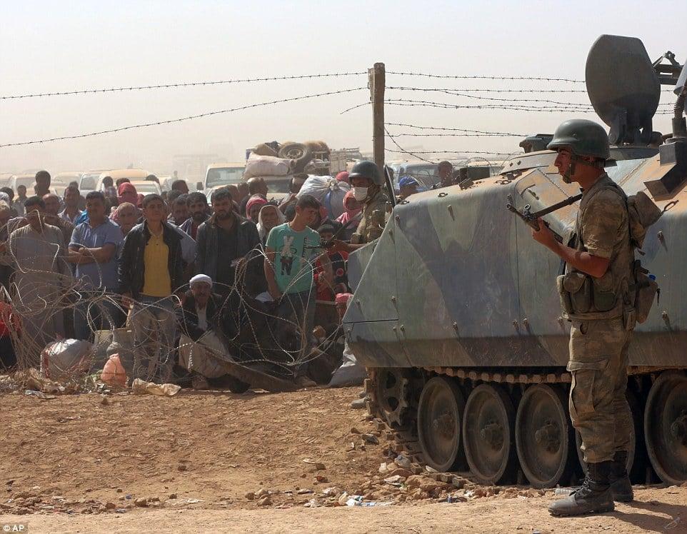 Thổ Nhĩ Kỳ dàn xe tăng dọc biên giới ngăn làn sóng tị nạn chạy trốn IS 12
