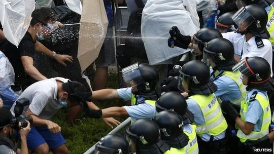 """Chùm ảnh: Cảnh sát Hồng Kông bắn đạn hơi cay """"vật lộn"""" với người biểu tình 8"""