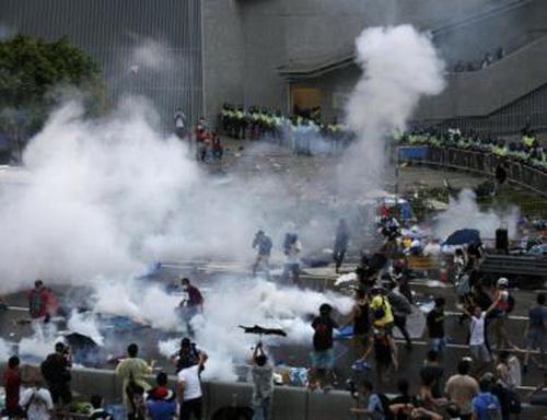 """Chùm ảnh: Cảnh sát Hồng Kông bắn đạn hơi cay """"vật lộn"""" với người biểu tình 10"""