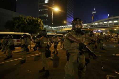 """Chùm ảnh: Cảnh sát Hồng Kông bắn đạn hơi cay """"vật lộn"""" với người biểu tình 11"""