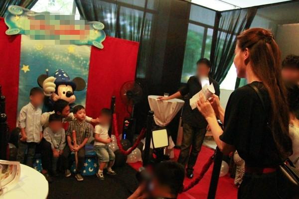Hình ảnh Cường Đôla lái xế độc đưa Hà Hồ và Subeo đi xem show thiếu nhi số 11