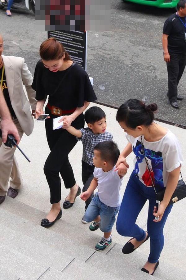 Hình ảnh Cường Đôla lái xế độc đưa Hà Hồ và Subeo đi xem show thiếu nhi số 6