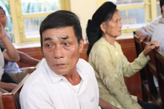 Lý Nguyễn Chung bị dân bức xúc tát vào mặt khi ra xe về trại giam 6