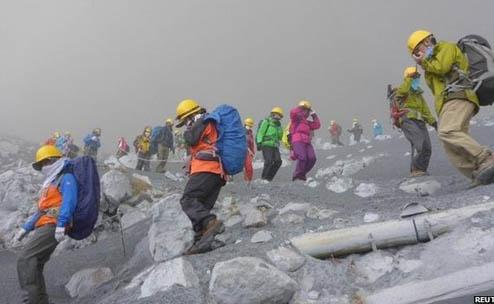 Nhật Bản điều động trực thăng giải cứu người mắc kẹt trên núi lửa 6