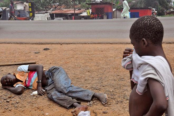 Rùng mình cận cảnh lò thiêu tập thể 700 nạn nhân Ebola 8