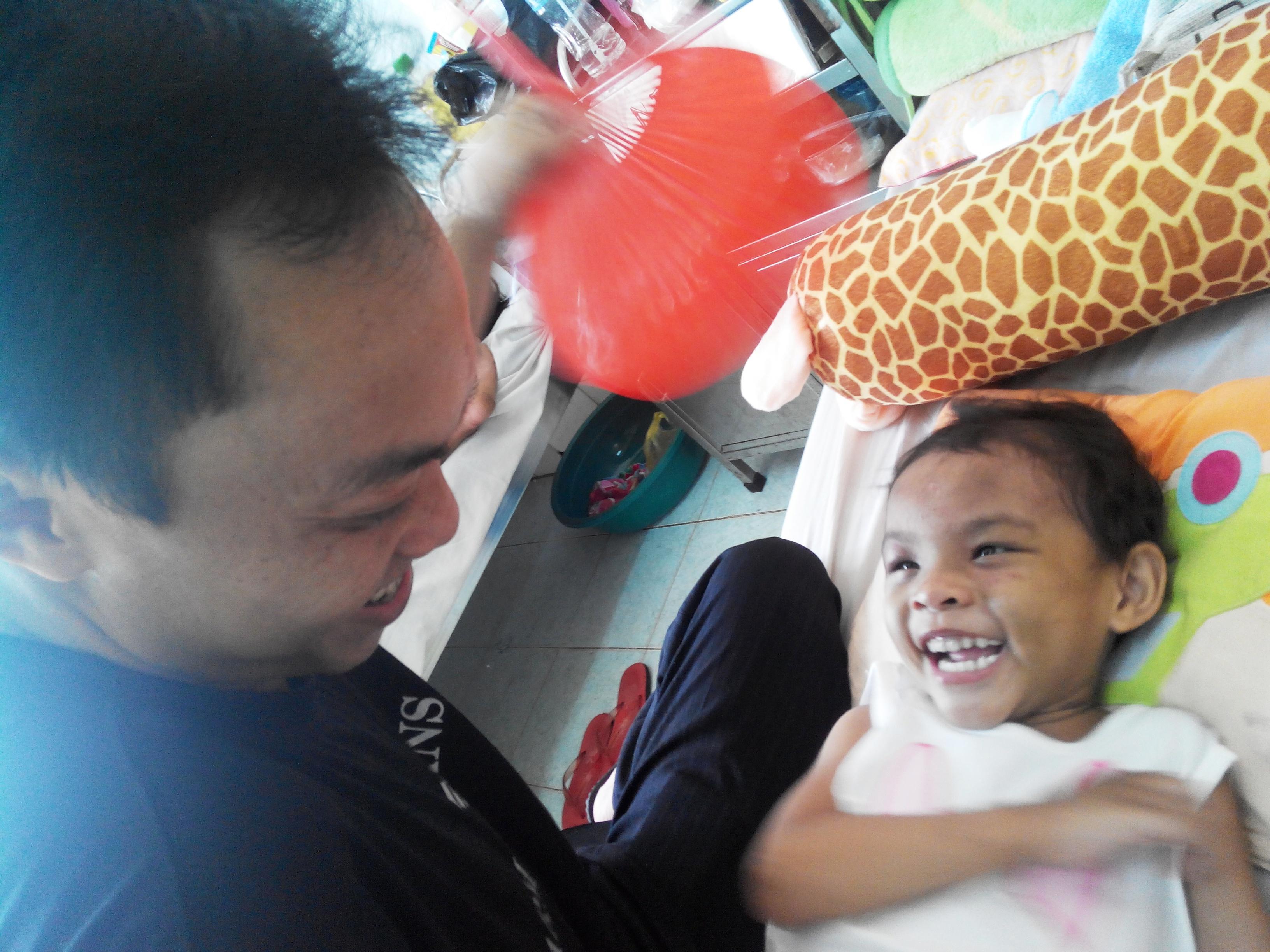 Vụ bé gái 4 tuổi bị đánh dã man: Đưa bé Ngân đi giám định thương tật 5