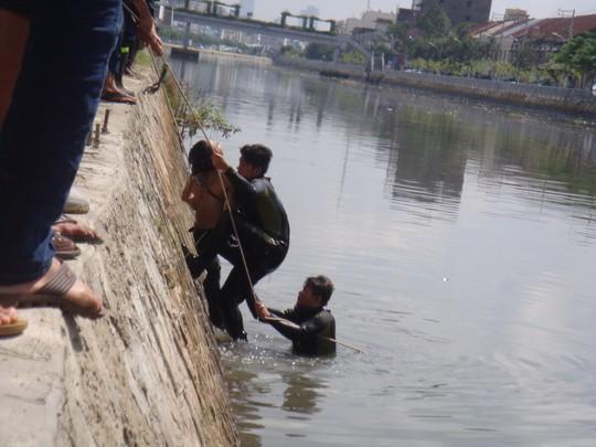 Bị truy đuổi, tên trộm không biết bơi nhảy sông chết đuối 4