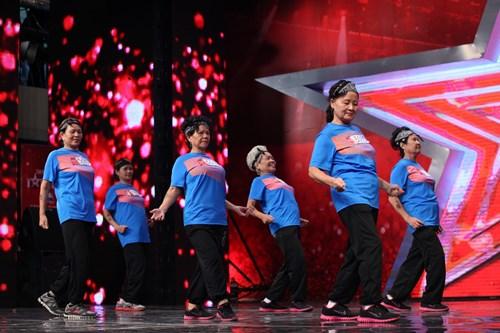 Cậu bé bé 8 tuổi chinh phục bộ tứ giám khảo trong vai Thị Mầu 7