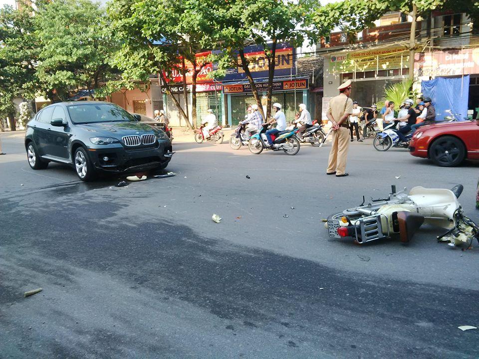 Xế hộp BMW tông xe máy, nạn nhân văng xa gần chục mét 5