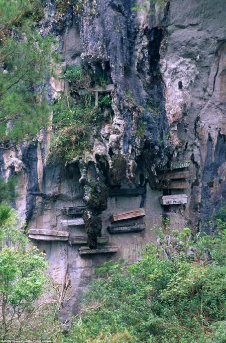 Cận cảnh nghĩa địa lộ thiên trên vách núi đá ở Philippines 5
