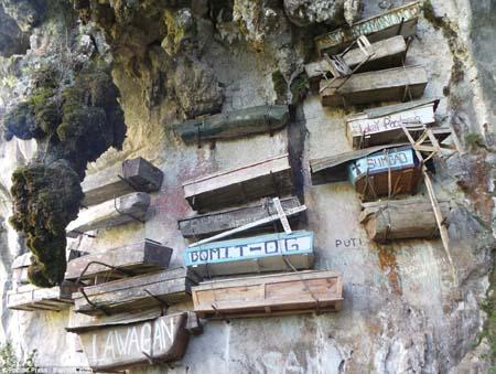 Cận cảnh nghĩa địa lộ thiên trên vách núi đá ở Philippines 6