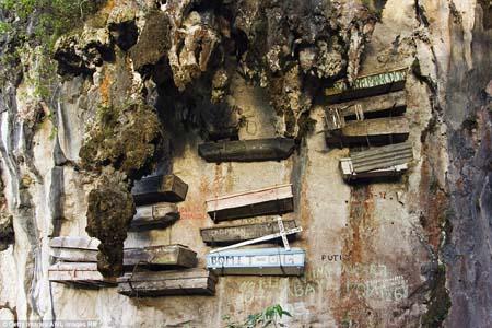 Cận cảnh nghĩa địa lộ thiên trên vách núi đá ở Philippines 7