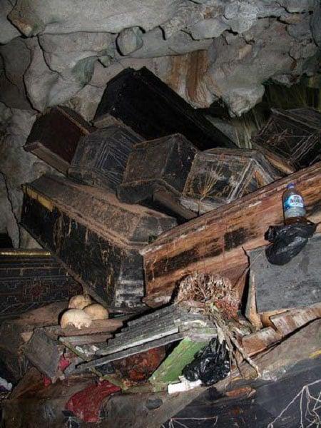 Cận cảnh nghĩa địa lộ thiên trên vách núi đá ở Philippines 8