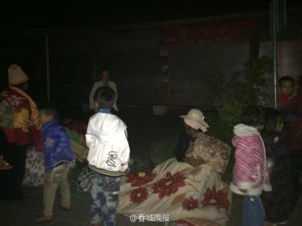 Động đất rung chuyển Trung Quốc, hơn 300 người bị thương 8
