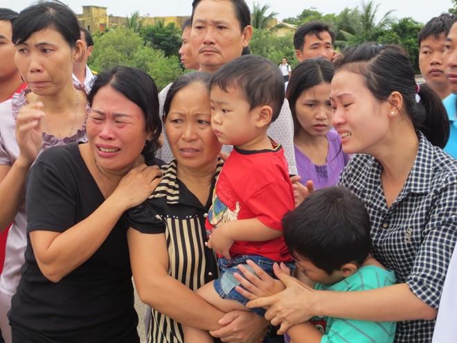 Người thân bật khóc đón chiến sĩ hi sinh ở nhà giàn DK1 4