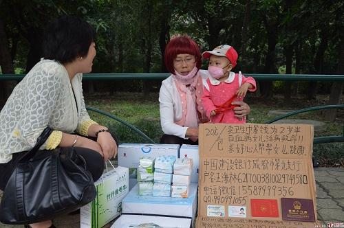 Người cha giả phụ nữ bán băng vệ sinh lề đường cứu con bị ung thư 1
