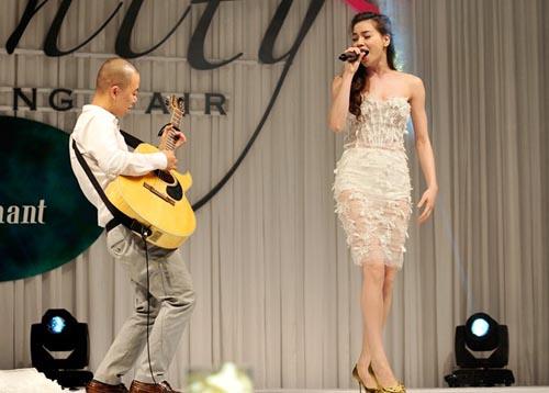 Hà Hồ cởi phăng váy cưới trên sàn diễn 8