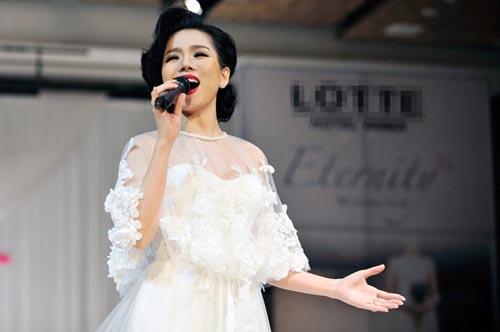 Hà Hồ cởi phăng váy cưới trên sàn diễn 10