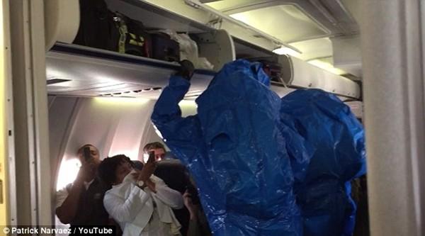 Hành khách bị tạm giữ vì bất ngờ hắt hơi trên máy bay và tuyên bố mắc Ebola 7