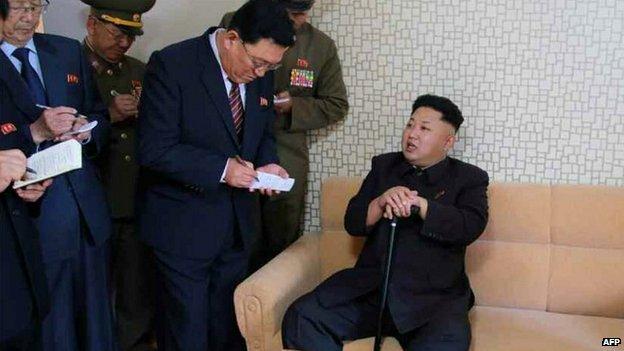 Báo Anh: Ảnh Kim Jong-un chống gậy có thể chỉ là 'cảnh diễn' 4