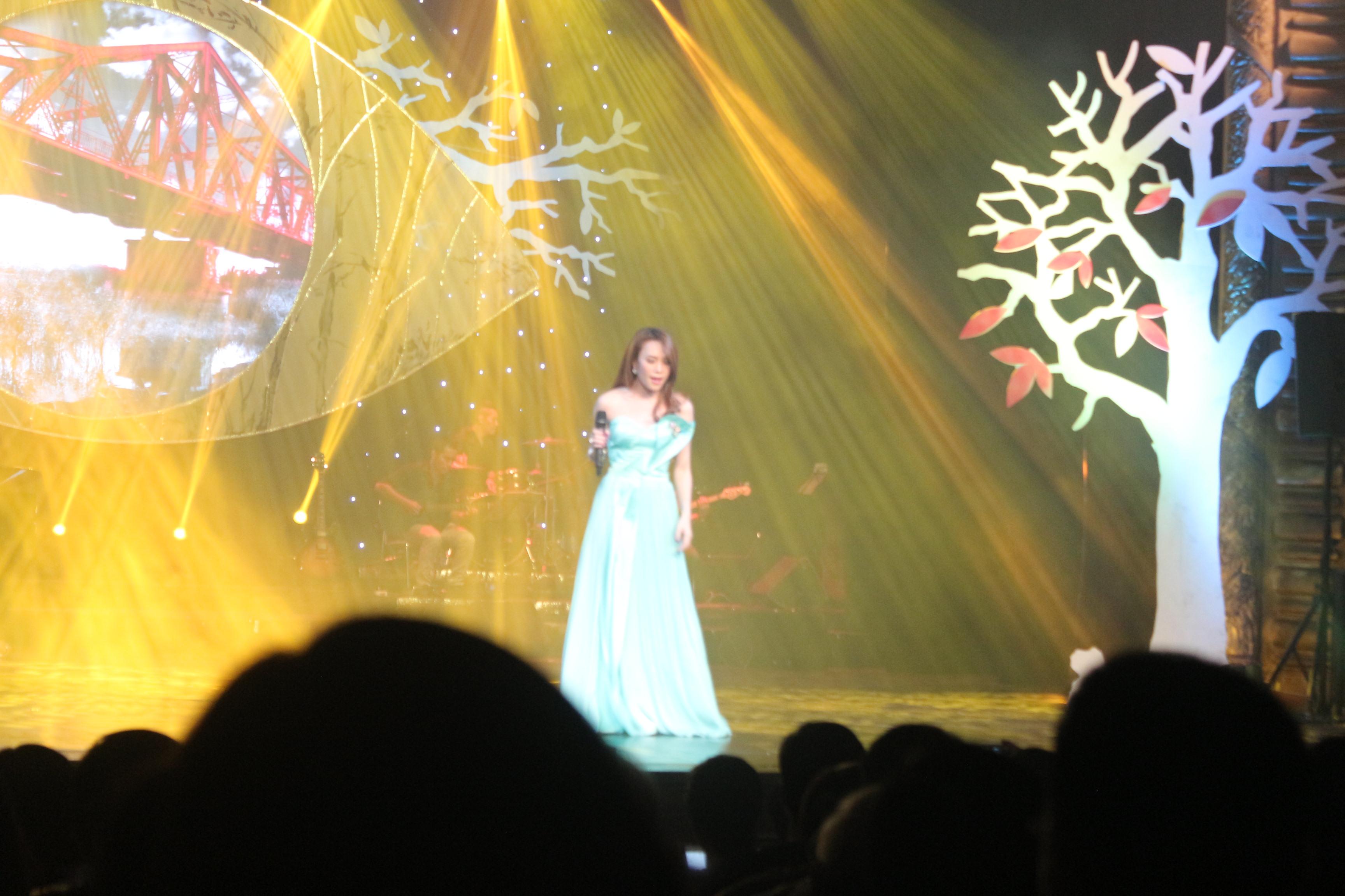 Mỹ Tâm gợi cảm với váy xẻ, Hồng Nhung trẻ như thiếu nữ trong đêm nhạc Trịnh 9