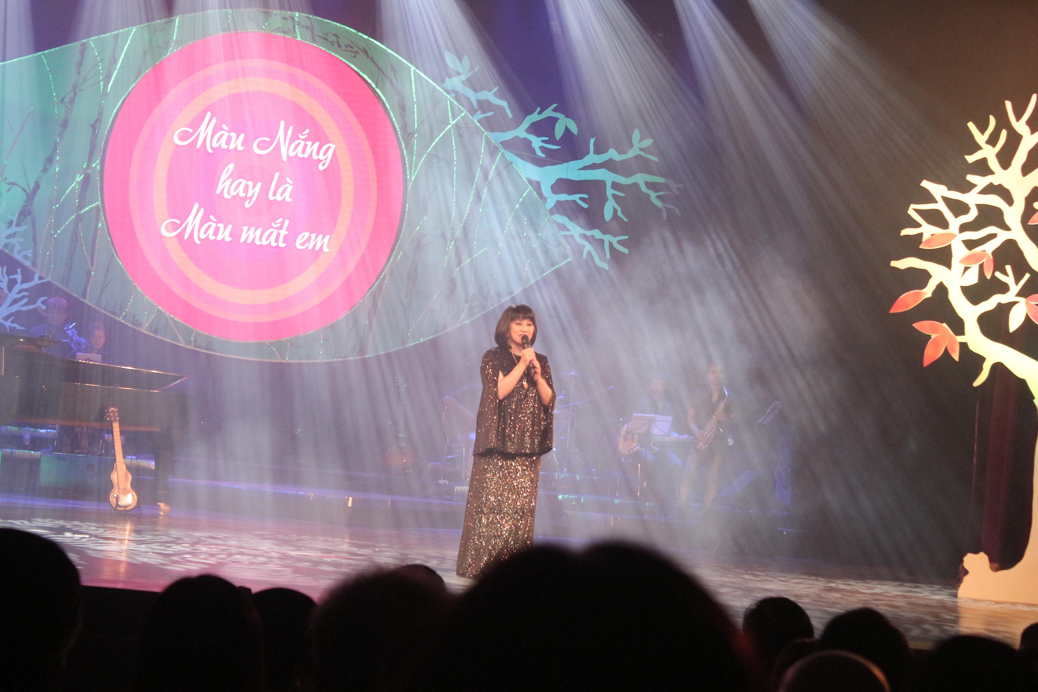 Mỹ Tâm gợi cảm với váy xẻ, Hồng Nhung trẻ như thiếu nữ trong đêm nhạc Trịnh 7