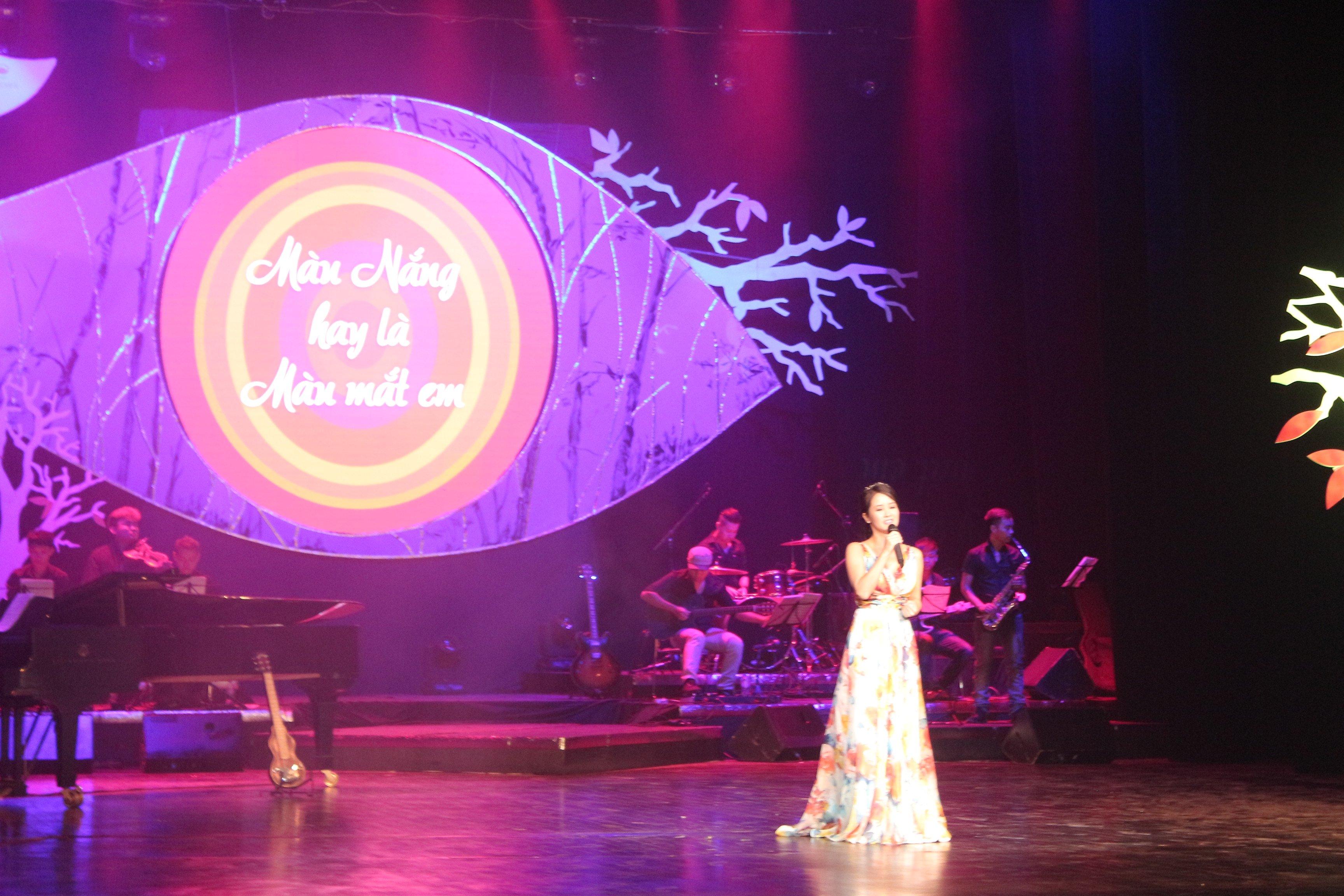 Mỹ Tâm gợi cảm với váy xẻ, Hồng Nhung trẻ như thiếu nữ trong đêm nhạc Trịnh 6