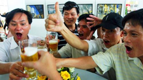 Vì sao người say rượu thường nói nhiều và hành động kỳ quặc? 4
