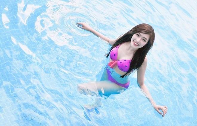 Nữ sinh Báo chí tạo dáng bên bể bơi 6