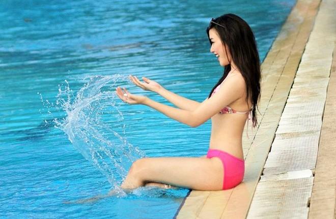 Nữ sinh Báo chí tạo dáng bên bể bơi 8