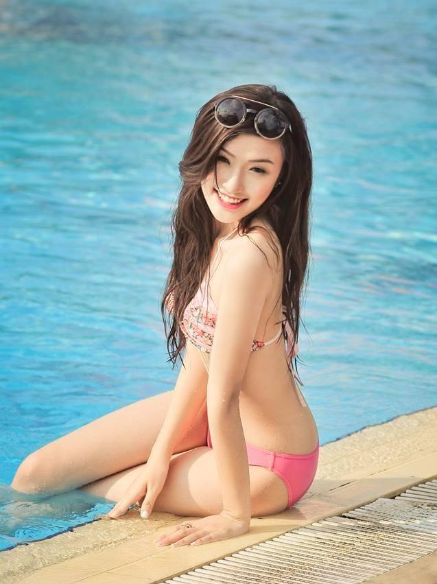 Nữ sinh Báo chí tạo dáng bên bể bơi 12