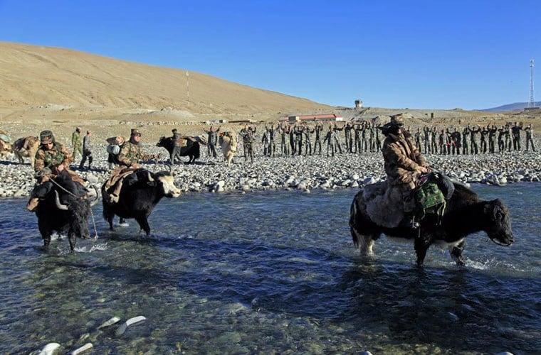 Cận cảnh binh lính Trung Quốc cưỡi bò tuần tra biên giới 7