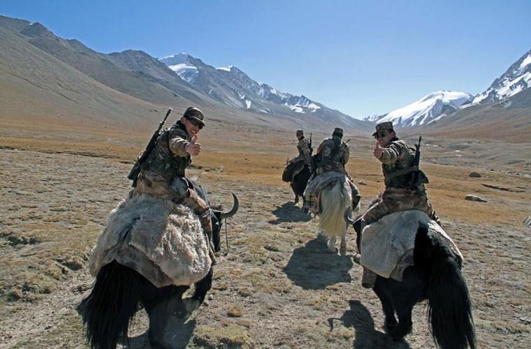 Cận cảnh binh lính Trung Quốc cưỡi bò tuần tra biên giới 8