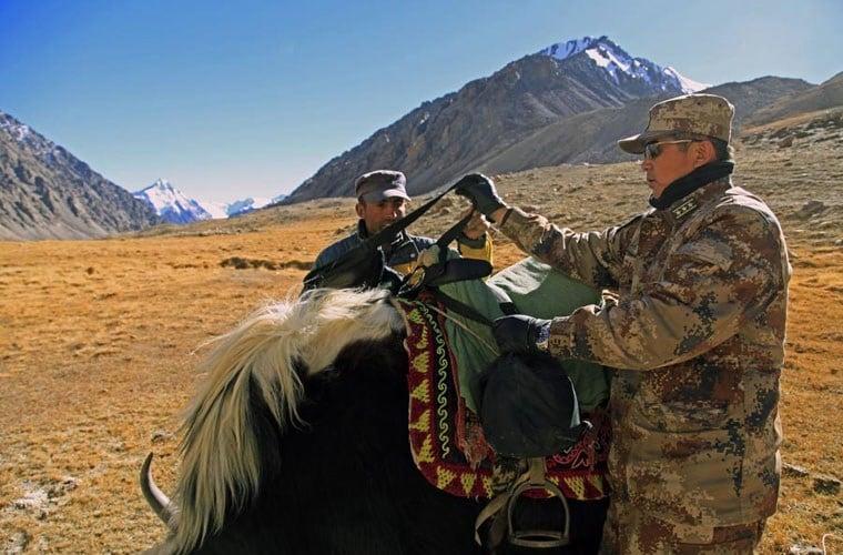 Cận cảnh binh lính Trung Quốc cưỡi bò tuần tra biên giới 9