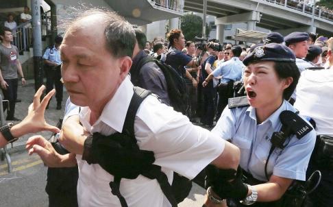 Cảnh sát Hong Kong bị người biểu tình lăng mạ, khạc nhổ vào mặt 4