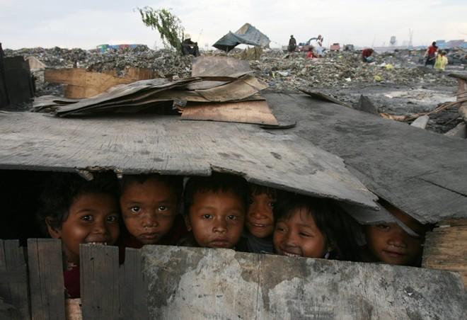 Cận cảnh cuộc sống trẻ em những nơi bẩn nhất thế giới 16