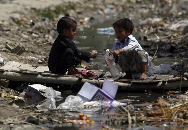 Cận cảnh cuộc sống trẻ em những nơi bẩn nhất thế giới 9